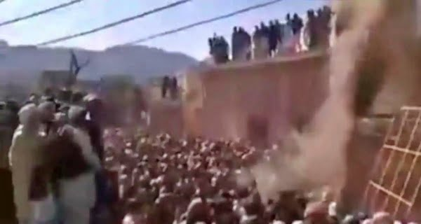 attacking-temple-in-Pakistan1