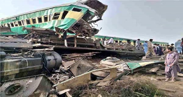 two trains collided in Sindh